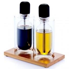 Sklenené nádoby na olej a ocot na drevenom podstavci